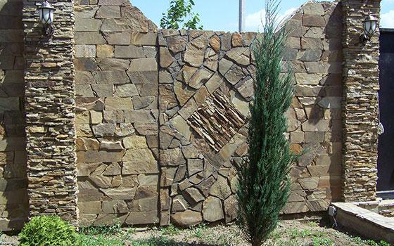 забор каменный